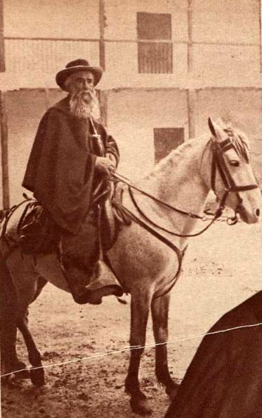 Cura_Santa_Cruz_a_caballo